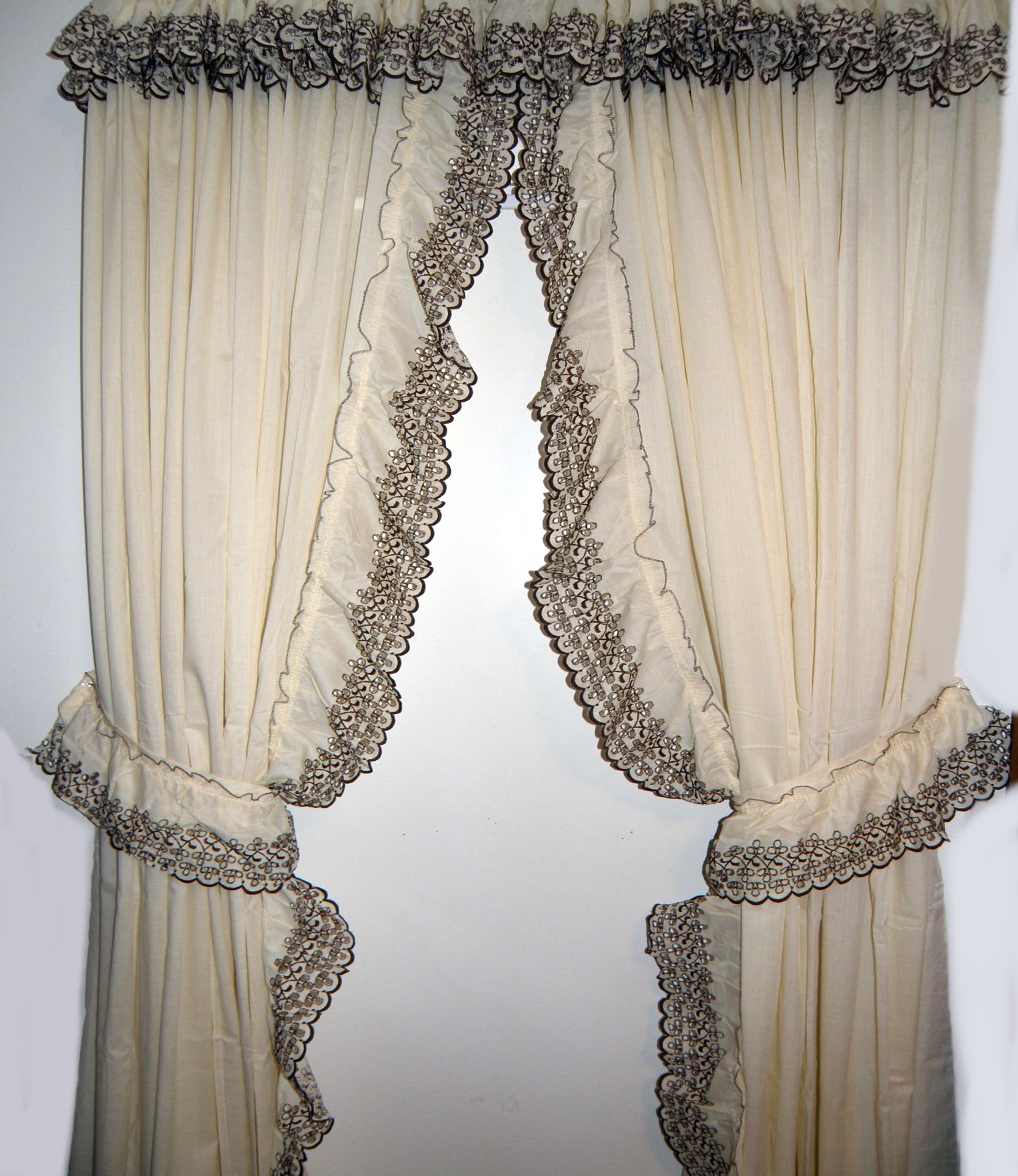 Country Style Look With Ruffled Curtains